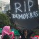 Balon Hitam Membawa Spanduk Bertuliskan RIP Demokrasi di Terbangkan Saat Demo yang Digelar oleh Perempuan Indonesia Bergerak (PIB) di Depan Istana Merdeka, Kamis (16/5/2019). Mereka Menentang Kecurangan Pemilu 2019. (Foto: Istimewa)