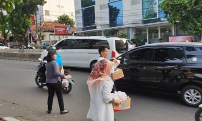 Bawaslu Jakarta Selatan membagi-bagikan takjil atau makanan untuk berbuka puasa kepada masyarakat yang melintasi kawasan jalan Warung Buncit Raya tepatnya di depan Kantor Bawaslu Jakarta Selatan, Rabu (29/5/2019) sore. (Foto: Aab/NUSANTARANEWS.CO)