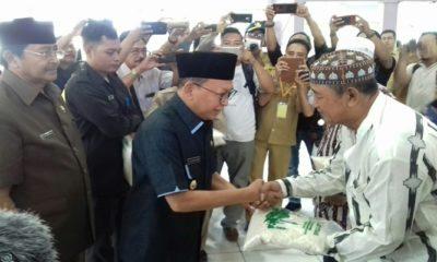 Bupati Sumenep menyerahkan Zakat Fitrah Kepada Kaum Dhuafa dan Fakir Miskin