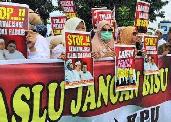 Emak-Emak Militan unjuk rasa di depan kantor Badan Pengawas Pemilu (Bawaslu) Sumatera Selatan. (FOTO: DOk. CNN Indonesia)