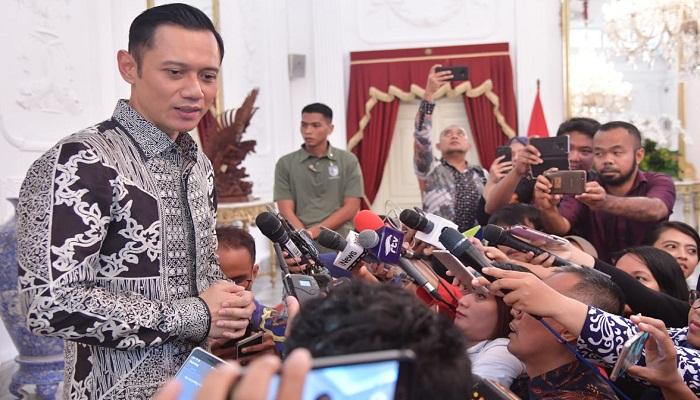 Agus Harimurti Yudhoyono menyampaikan salam dari SBY dan Ani Yudhoyono saat bertandang menemui Jokowi Istana Merdeka, Jakarta, Kamis (2/5/2019). (Foto: Muh Nurcholis/NUSANTARANEWS.CO)