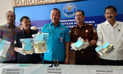 Kepala BNNP Jatim (Jawa Timur) Brigjen Pol Bambang Priambodo menunjukkan barang bukti. (FOTO: NUSANTARANEWS.CO)