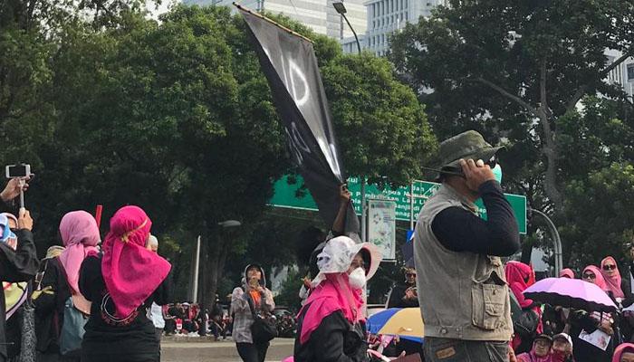 Balon Hitam Membawa Sebuah Spanduk Bertuliskan RIP Demokrasi di Terbangkan Saat Demo yang Digelar oleh Perempuan Indonesia Bergerak (PIB) di Depan Istana Merdeka, Kamis (16/5/2019). Mereka Menentang Kecurangan Pemilu 2019. (Foto: Istimewa)