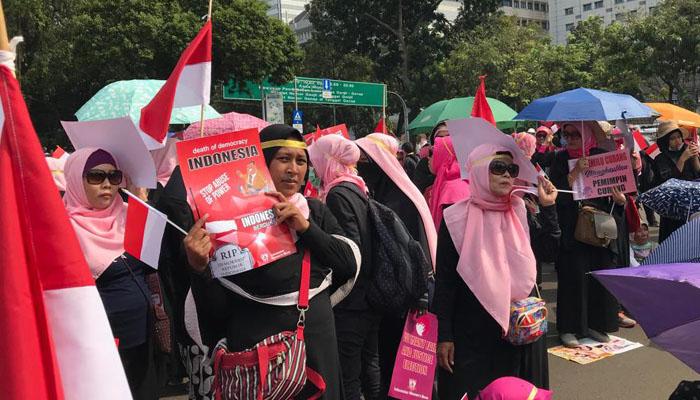 Ratusan emak emak yang tergabung dalam Perempuan Indonesia Bergerak (PIB) Kamis, 16 Mei 2019 mendatangi Istana Merdeka Menantang Pemerintah Bersikap Fair di Pemilu 2019. (Foto Istimewa)