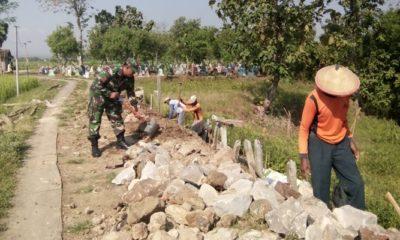 Babinsa Bongsopotro Bersama Warga Gotong Royong Pembuatan Saluran Air. (Foto: Istimewa)
