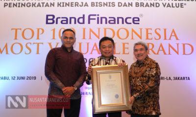 Direktur Utama Telkom Ririek Adriansyah (tengah) menerima penghargaan Telkom Indonesia sebagai Indonesia's Most Valuable Brand 2019. (Foto untuk NUSANTARANEWS.CO).