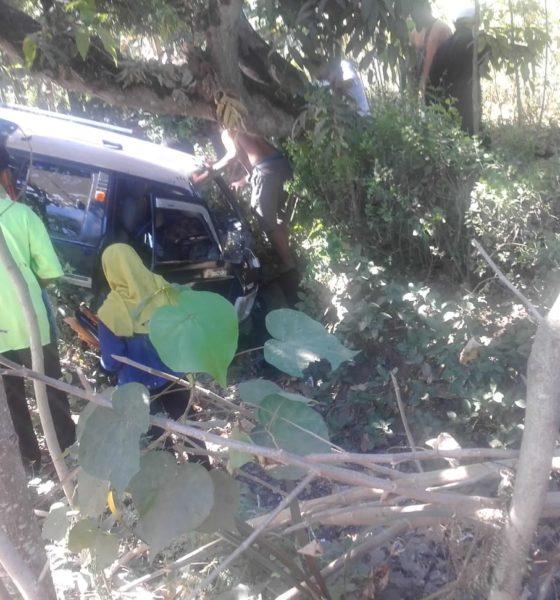 Kecelakan Lalu Lintas di Ponorogo.Hindari Jalan Berlubang Ponorogo, Mobil Bertumburan Dengan Motor Lalu Masuk Parit. (Foto: Nurcholis/NUSANTARANEWS.CO)