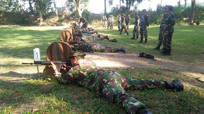 Personel Kodim 0808/Blitar melaksanakan Latbakjatri (latihan menembak senjata ringan) TW II Tahun 2019. (FOTO: Dok. NN)