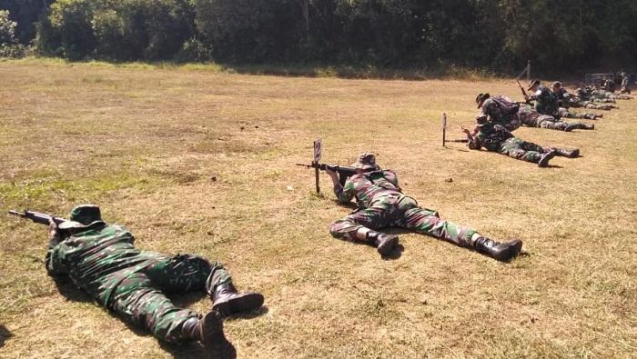 70 personel Korem 083/Baladhika Jaya saat mengikuti latihan menembak di Lapangan Tembak Yonkav 3/Serbu. (FOTO: NUSANTARANEWS.CO/Prasetya)