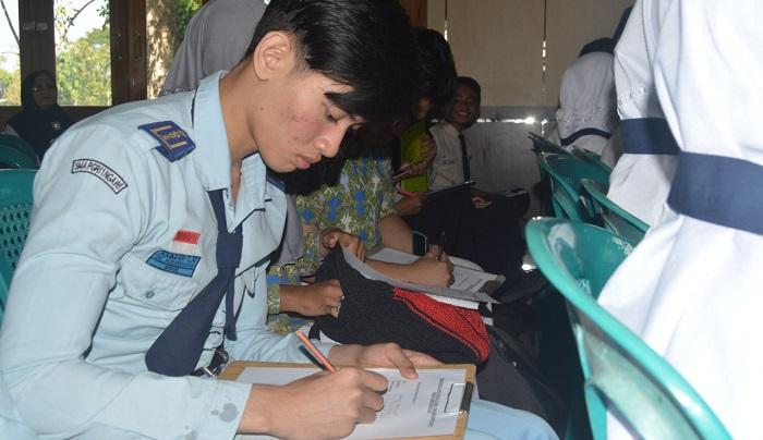 Seluruh prajurit di Satuan Yonarmed 12/Divif-2/Kostrad mulai diwajibkan untuk terampil berbahasa Inggris. (FOTO: Dok. NN)