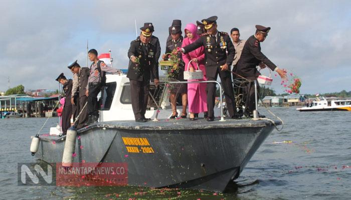 Tabur Bunga Oleh Kapolres Nunukan Dalam Peringatan HUT Bhayangkara ke-73. (Foto Dok. NUSANTARANEWS.CO)