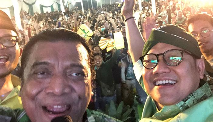 Aksi Selfie Didi Kempot Bersama Ketum PKB Muhaimin Iskandar dan Menteri Ketenagakerjaan Hanif Dhakiri di HUT PKB ke-21. (Foto Dok. @cakimiNOW)