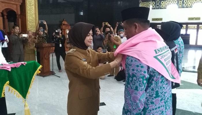Bupati Nunukan Asmin Laura Hafid saat melepas calon jemaah haji di ismaic center Nunukan, Kaltara. (FOTO: NUSANTARANEWS.CO/Eddy Santry)