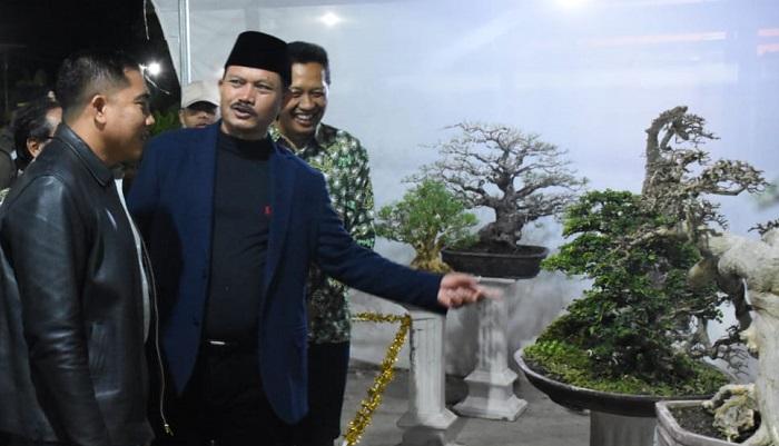 Dandim 0803/Madiun Letkol Czi Nur Alam Sucipto bersama Walikota Madiun H.Maidi hadiri acara Halal Bihalal Komunitas Pecinta Bonsai Madiun (KPBM). (FOTO: NUSANTARANEWS.CO)