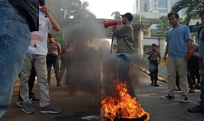 Demo Aliansi Mahasiswa Indonesia di depan Gedung KPK. (FOTO: NUSANTARANEWS.CO)