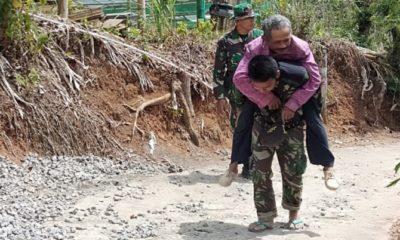 Di Terik Matahari, Prajurit TNI Genjong Warga Ke Posko Kesehatan. (FOTO: NUSANTARANEWS.CO/Pendam v/Brawijaya)