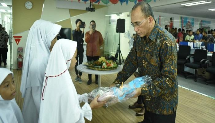 Direksi Utama Haris Syahrudin memberikan bingkisan kepada Anak Yatim