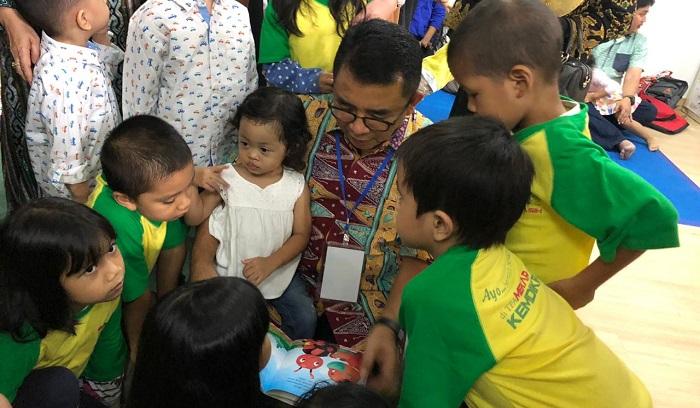 Dirjen PAUD Dikmas, Harris Iskandar membacakan buku untuk anak-anak PAUD. (FOTO: Istimewa)