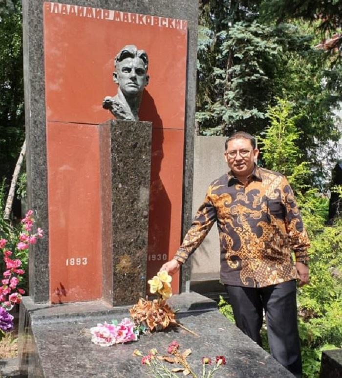 Fadli Zon di makam penyair Vladimir Mayakovsky (1893-1930). (FOTO: @fadlizon)