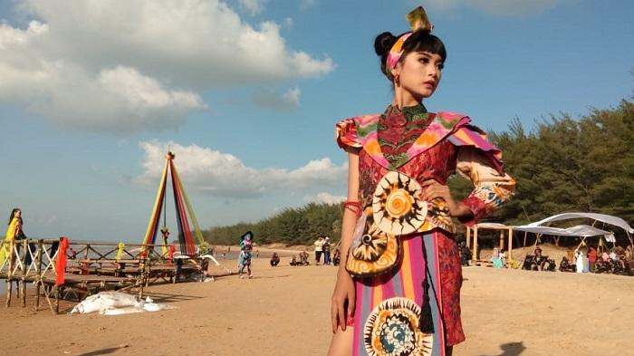 Festival Batik On The Sea 2019 di Pantai Slopeng. (FOTO: NUSANTARANEWS.CO/Mahdi)