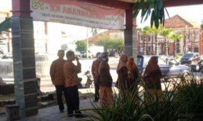 Tampak para pegawai pemerintah Sumenep ada di luar ruangan usai gempa di Nusa Dua Bali, Selasa (16/7/2019). (Foto: M Mahdi/NUSANTARANEWS.CO)