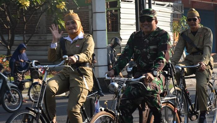 Kodim Madiun bersama Walikota Maduin bersepeda bareng di acara Madioen Tempo Doeloe. (FOTO: NUSANTARANEWS.CO)
