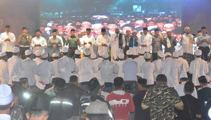 Masyarakat Madiun Bersholawat bersama Habib Syech. (FOTO: NUSANTARANEWS.CO/ARW)