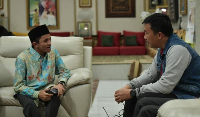 Menpora Imam Nahrawi saat menerima kedatangan pemuda difabel Anjas Pramono di kemdiaman Menpora. (FOTO: Dok. @KEMENPORA_RI)
