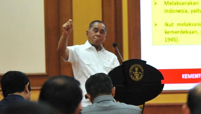 Menteri Pertahanan Ryamizard Ryacudu saat memberikan pengarahan kepada para Eselon I dan II dilingkungan Kemhan. (FOTO: Dok. Kemhan)