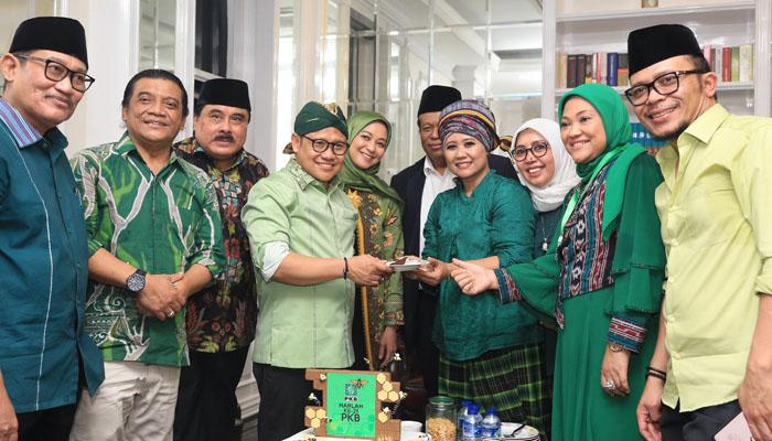 Para Petinggi PKB Tampak Berswafoto Dengan Didi Kempot di HUT PKB ke-21. (Foto Dok. @cakimiNOW)