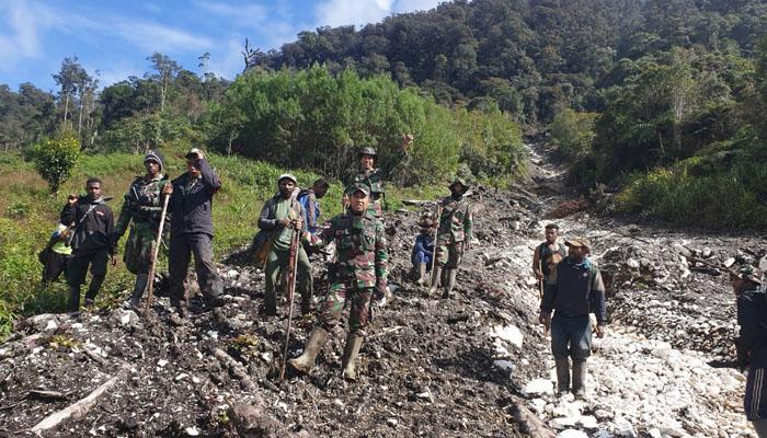 Pencarian Helly MI 17 atau Helikopter M-17 Jalur Darat di hari ke-7 (Foto Dok. Pendam Cendrawasih untuk NUSANTARANEWS.CO).