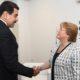 Presiden Venezuela Nicolas Maduro berjabat tangan dengan Kepala hak asasi manusia PBB Michele Bachelet. (FOTO: es.panampost.com)