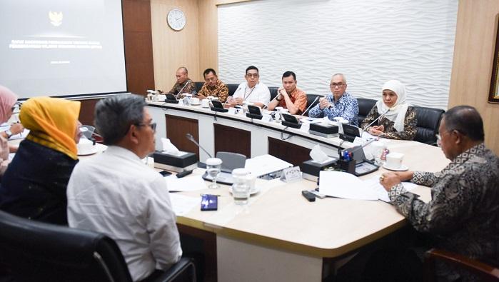 Rapat Koordinasi (Rakor) yang dipimpin langsung Menko Bidang Perekonomian Darmin Nasution dan kemenPAN RB, kementerian PUPR, beserta perwakilan Sekretaris Kabinet (Seskab) RI di Kantor Kemenko Perekonomian. (FOTO: NUSANTARANEWS.CO/Tri Wahyudi)