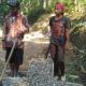 Remaja tamatan SMP Pendi (16) Ikut Bantu Perbaikan Jalan di Desanya. (Foto Untuk NUSANTARANEWS.CO)
