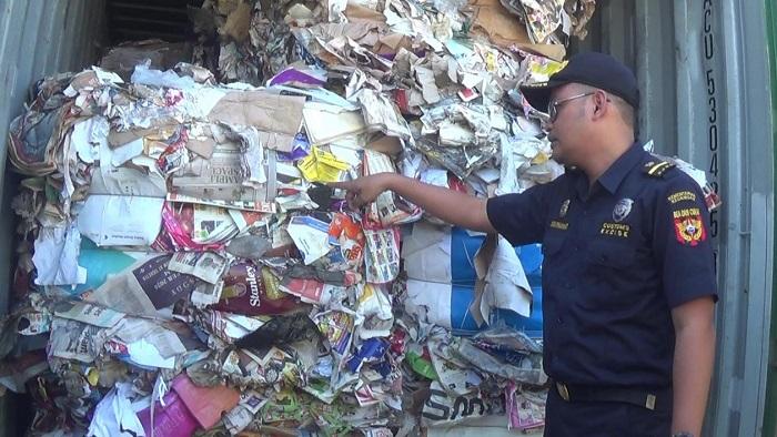 Bea Cukai Tanjung Perak Surabaya Temukan 8 Kontainer Sampah Impor. (FOTO: NUSANTARANEWS.CO/Setya)