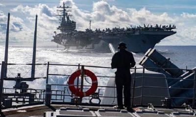 Seaman Marcus White dari San Diego berdiri menonton saat melihat ke atas kapal penjelajah berpeluru kendali kelas Ticonderoga USS Chancellorsville (CG 62) selama pengisian ulang di laut dengan kapal induk kelas Nimitz USS Ronald Reagan (CVN 76). Chancellorsville dikerahkan ke depan ke wilayah Armada ke-7 operasi A.S. untuk mendukung keamanan dan stabilitas di kawasan Indo-Pasifik. (FOTO: DOk. U.S. Navy/Mass Communication Specialist 2nd Class JOHN HARRIS)