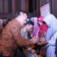 Sekda Prov Jatim memberikan Bantuan Sembako di Acara Rapat Koordinasi Program Keluarga Harapan di Hotel Harris Surabaya. (FOTO: NUSANTARANEWS.CO/Setya)