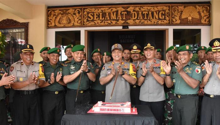 TNI Hadiahi Polisi Kue Tart di HUT Bayangkara ke-73. (Foto Kodim Madiun)