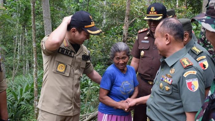 Wajah Haru Sainah Saat Rumahnya Dijadikan Sasaran TMMD. (FOTO: NUSANTARANEWS.CO)