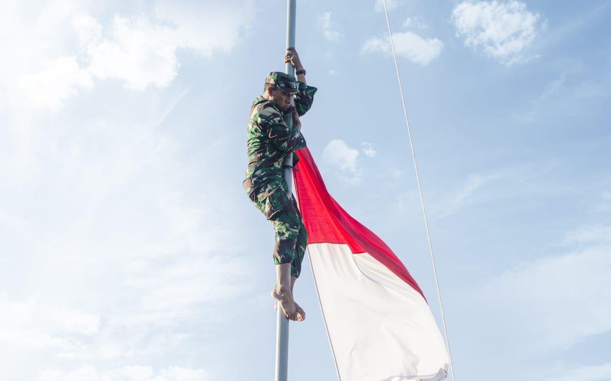 aksi heroik, anggota tni, panjat tiang bendera, demi merah putih, nusantaranews