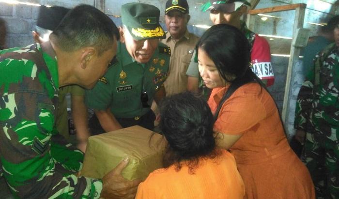 Brigjen TNI Ini Datangi Rumah Boinem Sasaran Pelaksanaan RTLH. (FOTO: NUSANTARANEWS.CO)
