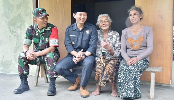 Bupati Trenggelek Bersama Dansatgas TMMD Tinjau Rumah Tak Layal Huni. (FOTO: Istimewa)