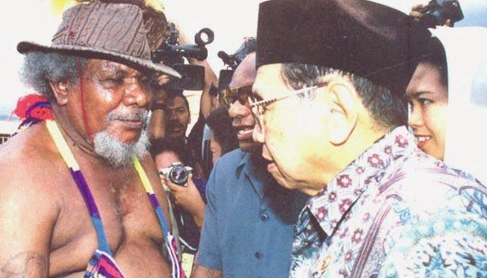 Gus Dur saat bersama Theys Hiyo Eluay mantan ketua Presidium Dewan Papua (Foto Brilio)