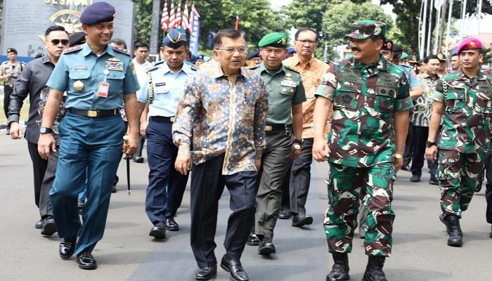 Komandan Seskoal Laksamana Muda TNI Amarulla Octavian (kiri), Wakil Presiden RI Jusuf Kalla (tengah) dan Panglima TNI Marsekal Hadi Tjahjanto. (Foto: Istimewa)