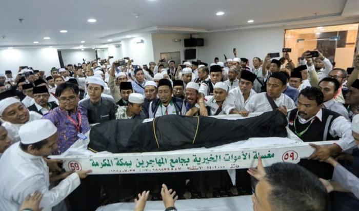 Jenazah Almarhum Mbah Moen Zubair saat tiba di kantor Daker Makkah, disambut jemaah dan petugas haji yg sudah memenuhi ruangan daker. (FOTO: Dok. Kemenag)