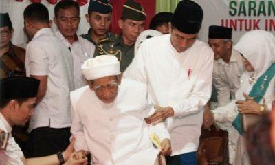 KH Maimoen Zubeir bersama Presiden Joko Widodo. (FOTO: Dok. Setkab)