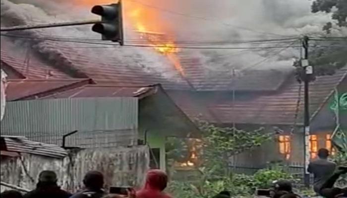 Kantor DPRD Papua Barat dibakar massa aksi di Manokwari. (FOTO: NUSANTARANEWS.CO/Iswtimewa)