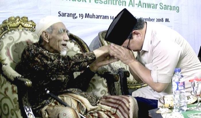 Ketua Umum Partai Gerindra, Prabowo Subiantodi saat sowan ke Mbah Moen semasih hidup. (FOTO: @prabowo)