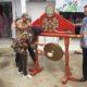 Bupati Nunukan Asmin Laura Hafid didampingi Sekretaris Daerah, Kadis BLHD dan Ketua DPRD Nunukan memukul Gong pertanda dimulainya gerakan Nunukan Bersih menuju Nunukan Bebas Sampah 2020. (FOTO: NUSANTARANEWS.CO/Eddy Santry)