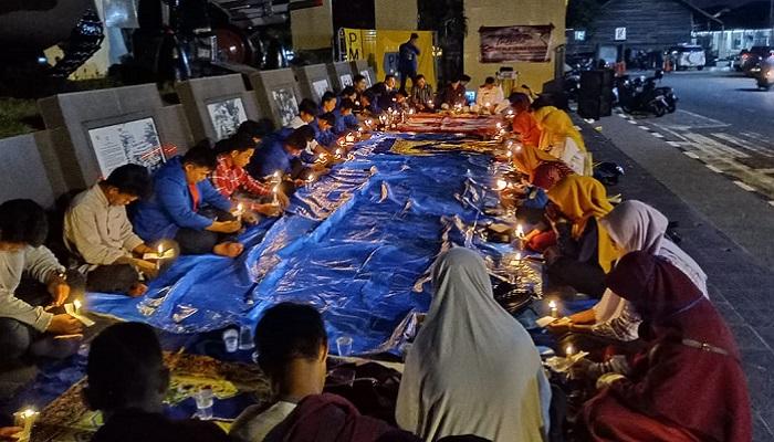 Mahasiswa dan Aktivis di Nunukan, Kaltara menggelar refleksi HUT RI ke 74 di Pelataran Tugu Dwikora, Nunukan, Jumat (16/8/2019). (FOTO: NUSANTARANEWS.CO/Eddy Santry)